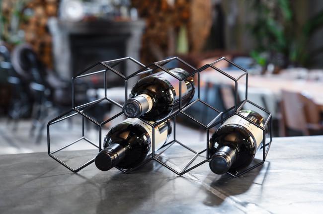 Weinregal schwarz sechseckig